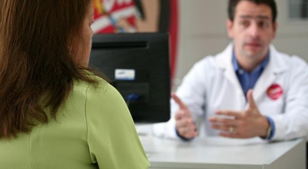 Imagen de una paciente en una consulta médica